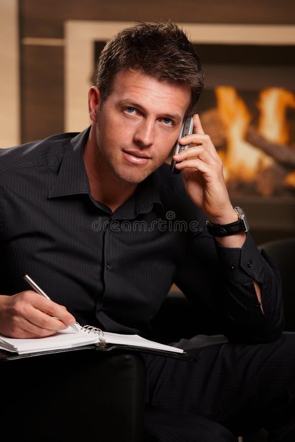Portret van zakenman het spreken op mobiel stock afbeeldingen