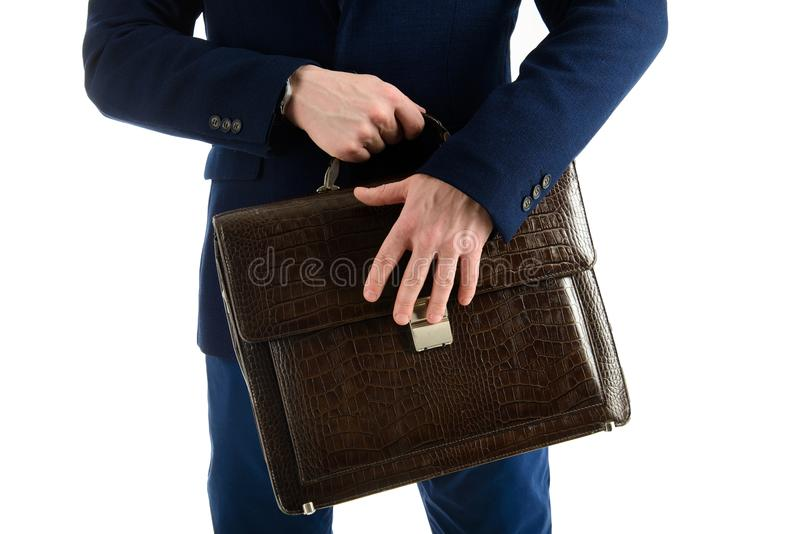 Portret van zakenman met aktentas in handen op witte achtergrond wordt geïsoleerd die royalty-vrije stock foto