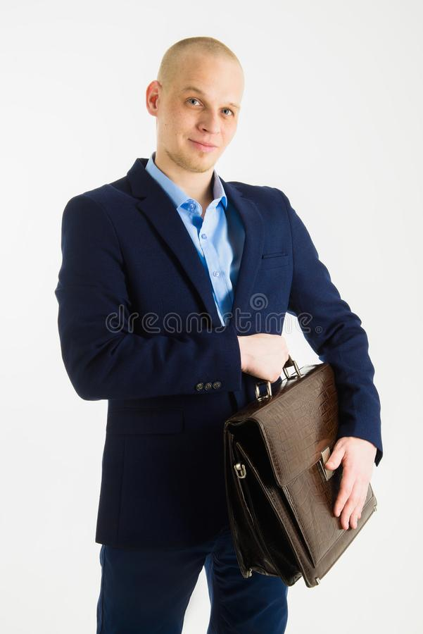 Portret van zakenman met aktentas in handen op witte achtergrond wordt geïsoleerd die stock afbeelding