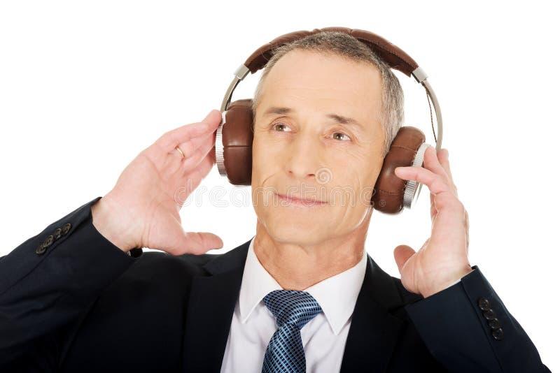 Portret van zakenman met grote hoofdtelefoons royalty-vrije stock foto