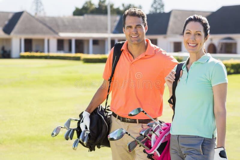 Portret van zakken van het paar de dragende golf royalty-vrije stock fotografie