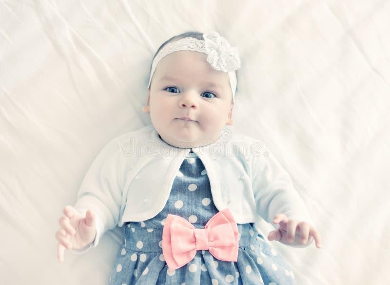 Portret van zeer zoet weinig babymeisje royalty-vrije stock afbeelding