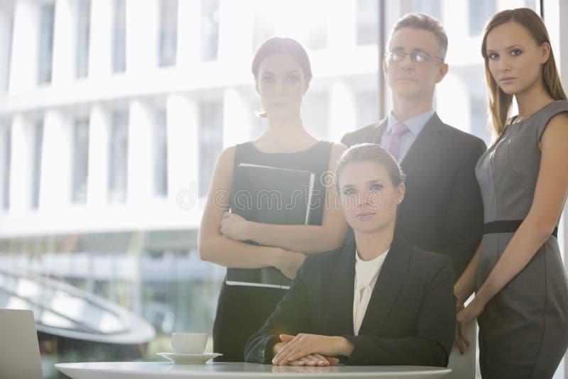 Portret van zeker commercieel team in bureaucafetaria royalty-vrije stock afbeeldingen