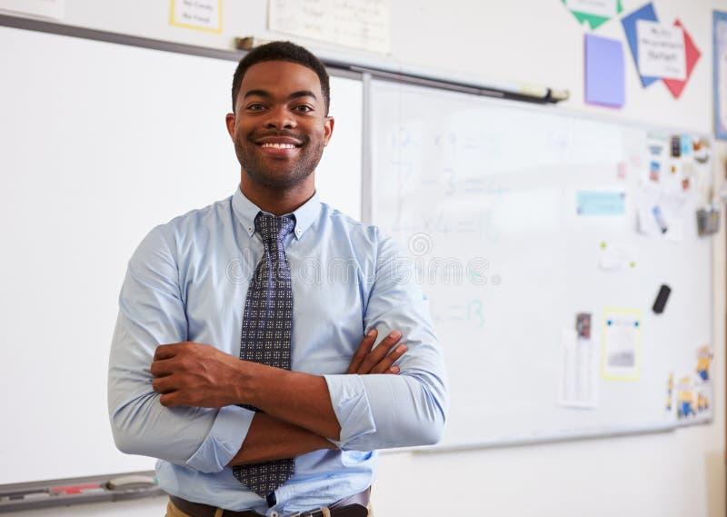 Portret van zekere Afrikaanse Amerikaanse mannelijke leraar in klasse stock fotografie