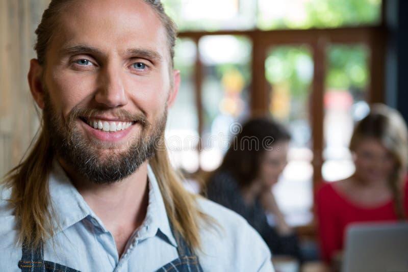 Portret van zekere mannelijke barista in koffiewinkel royalty-vrije stock fotografie