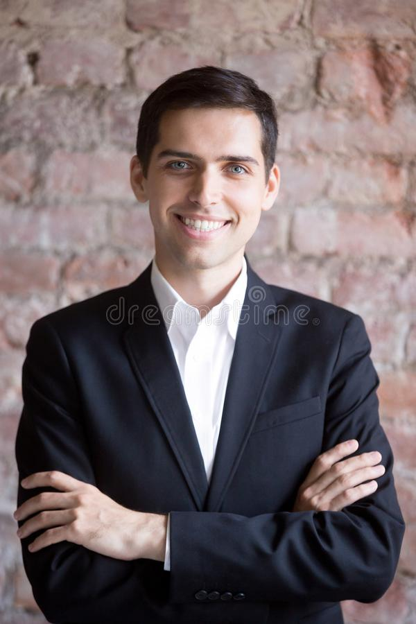Portret van zekere succesvolle gelukkige zakenman op het werk royalty-vrije stock afbeelding