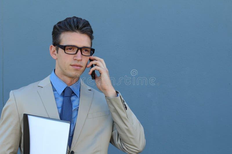 Portret van zekere zakenman met zijn mobiele telefoon in openlucht royalty-vrije stock afbeeldingen