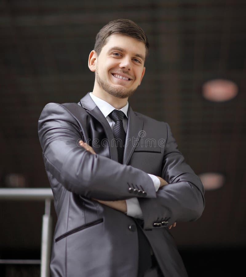 Portret van zekere zakenman op achtergrond van bureau royalty-vrije stock foto's