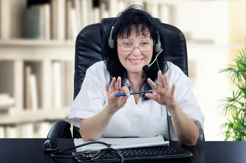 Portret van zelfstandige virtuele arts stock fotografie