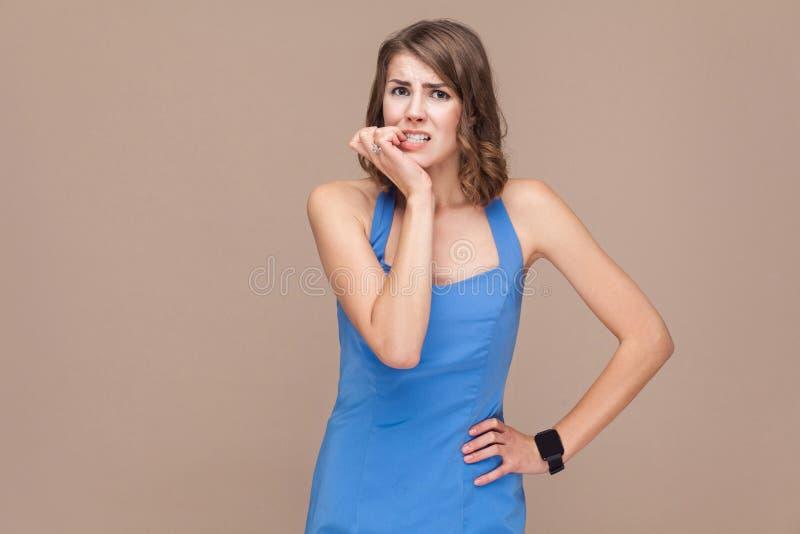 Portret van zenuwen bedrijfsvrouw die camera en hoop bekijken stock fotografie