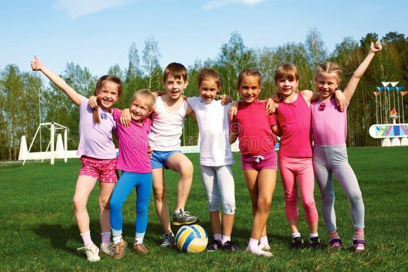 Portret van zeven kleine kinderen met ballen stock afbeeldingen