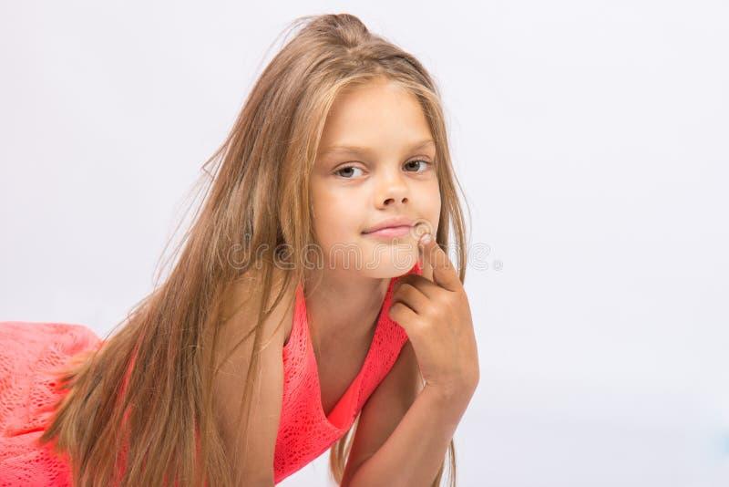 Portret van zevenjarig Opgevat meisje op een witte achtergrond stock foto