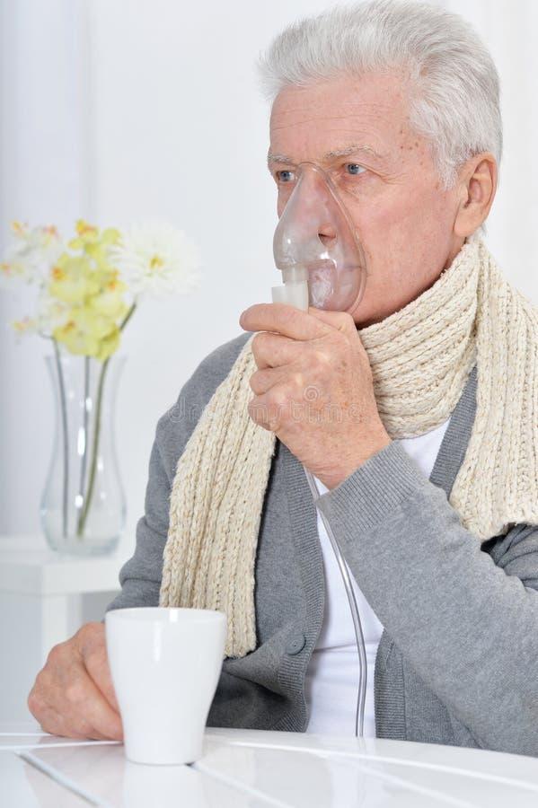 Portret van ziek hoger mensenportret met inhaleertoestel royalty-vrije stock foto's