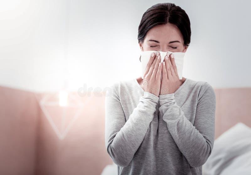 Portret van zieke vrouw die een zakdoek gebruiken royalty-vrije stock foto's