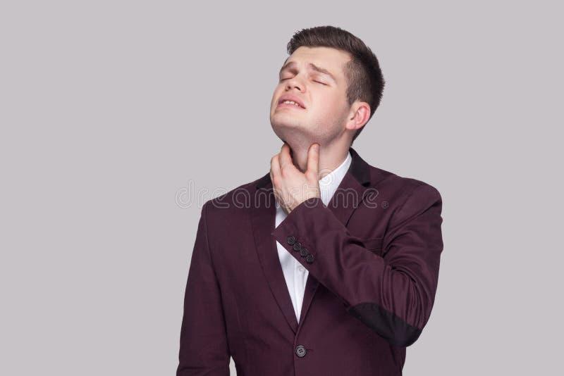 Portret van zieken die de slechte knappe jonge mens in violet kostuum a voelen stock foto