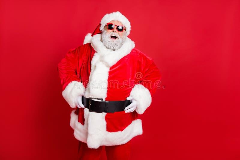 Portret van zijn mooie, vrolijke, vrolijke, vrolijke, bebaarde kerstman die plezier heeft in het genieten van de vakantie van de  stock afbeelding