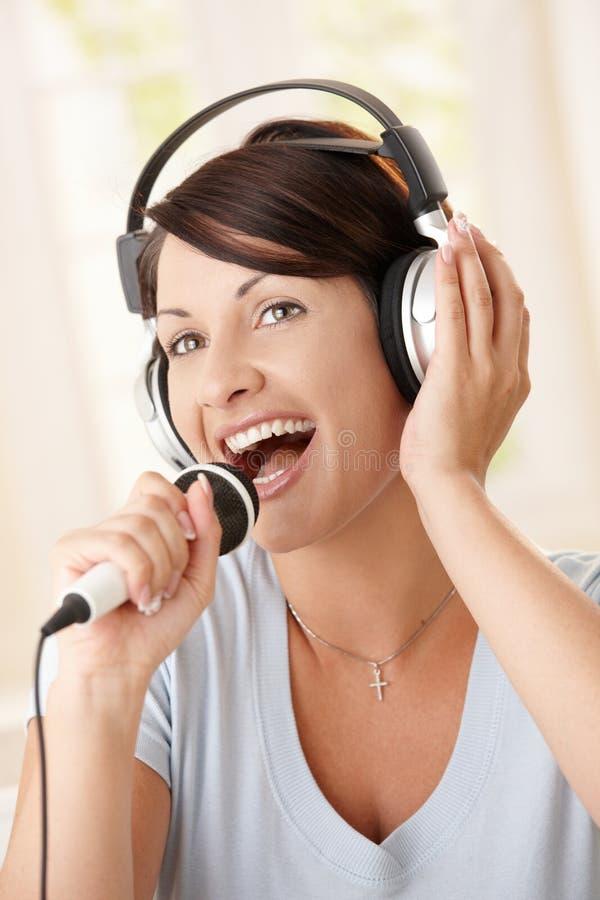 Portret van zingende vrouw royalty-vrije stock afbeelding