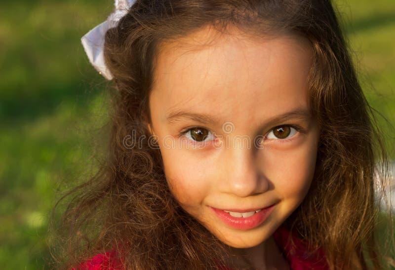 Portret van Zoet meisje in openlucht met krullend haar stock afbeelding