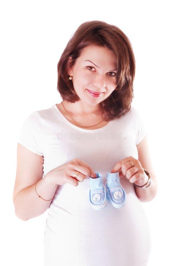 Portret van zwangere vrouw met babyschoenen royalty-vrije stock afbeeldingen