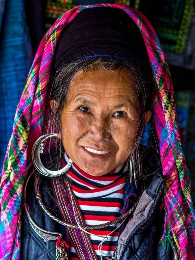 Portret van Zwarte Hmong-Vrouw die Traditionele Kledij, Sapa dragen, royalty-vrije stock foto's