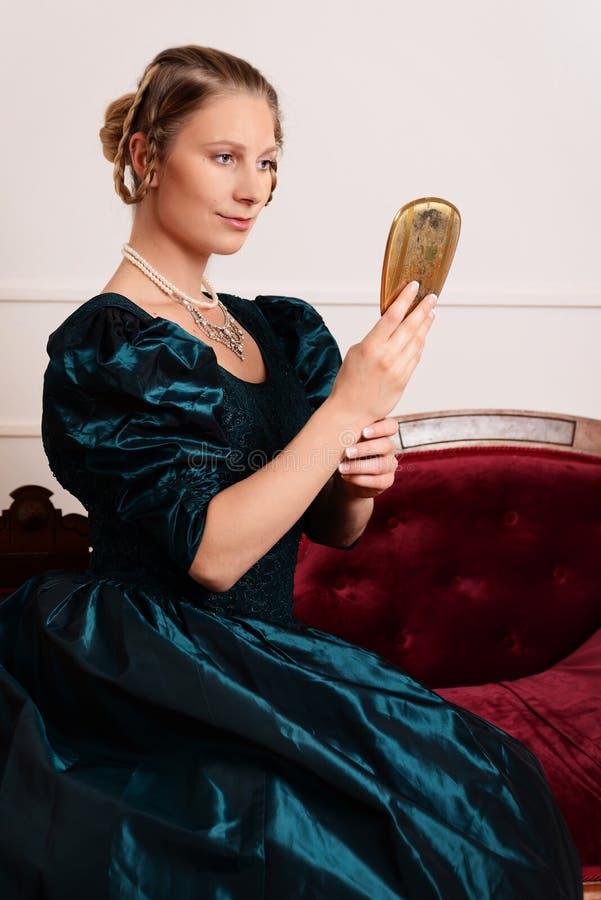 Portret victorian vrouw met spiegel royalty-vrije stock foto