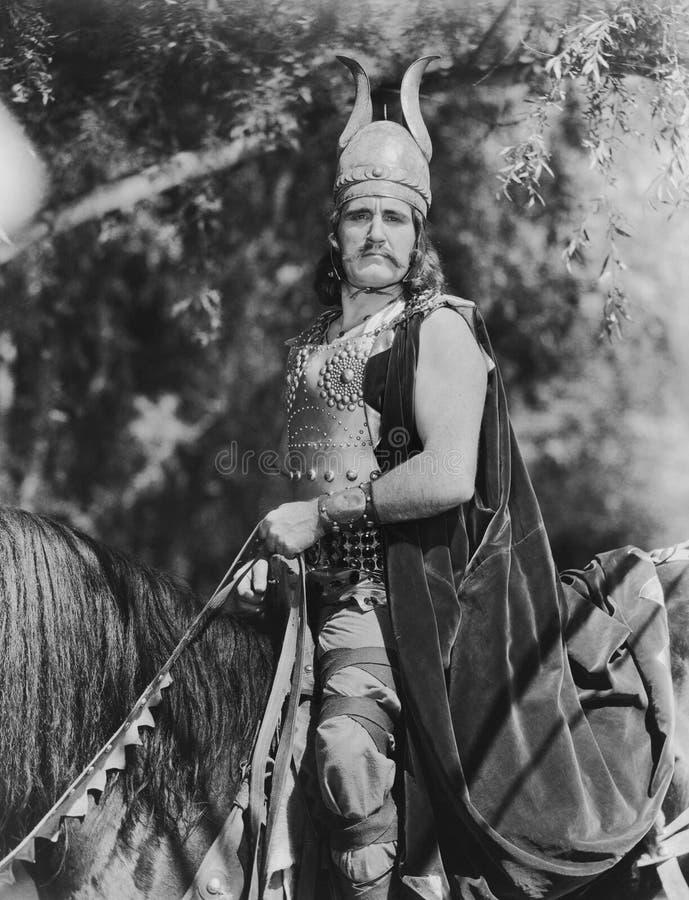 Portret Viking mężczyzna na horseback (Wszystkie persons przedstawiający no są długiego utrzymania i żadny nieruchomość istnieje  fotografia royalty free