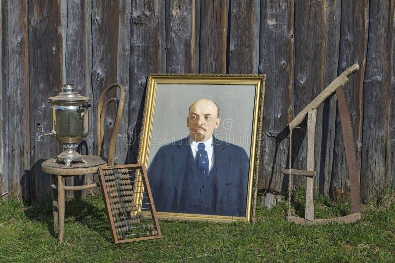 Portret Vladimir Lenin i inne przestarzałe rzeczy jest outside zdjęcie stock