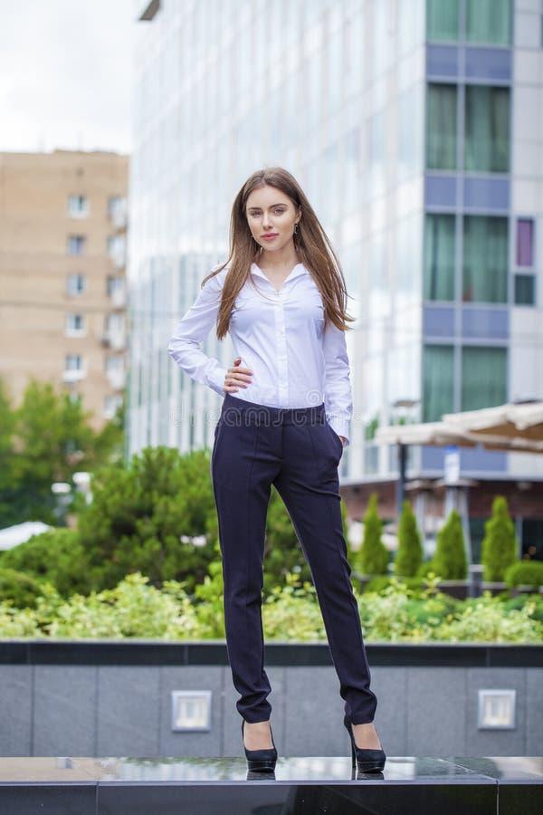 Portret in volledige lengte, jonge bedrijfsvrouw in wit overhemd stock foto's