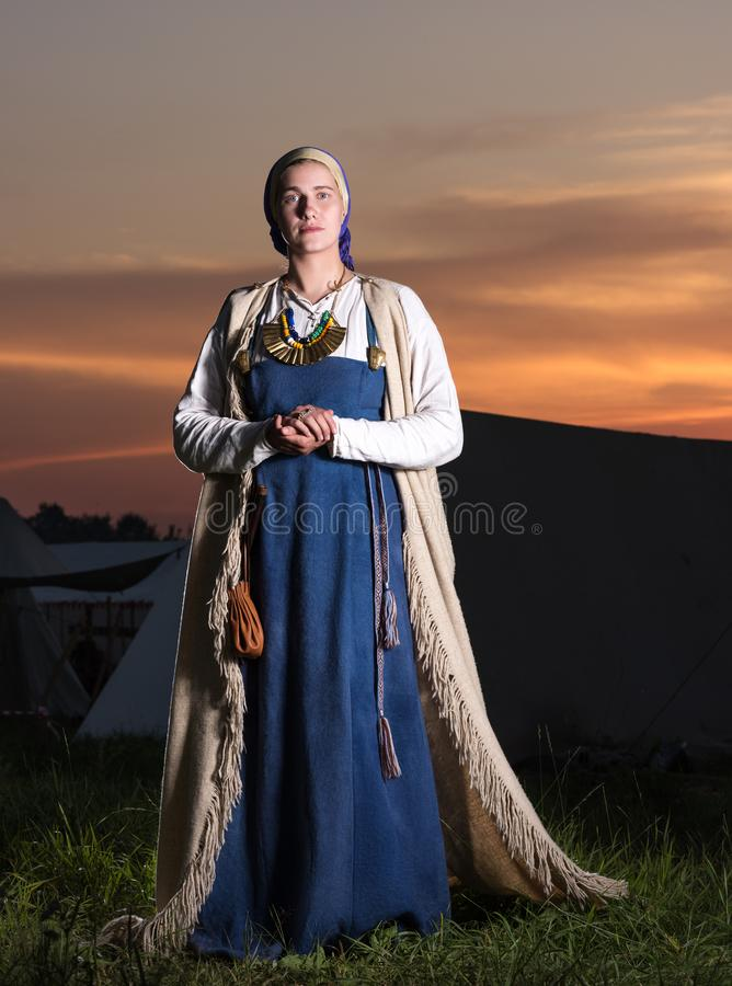 Portret in volledige lengte van een jonge vrouw in historisch kostuum stock afbeeldingen
