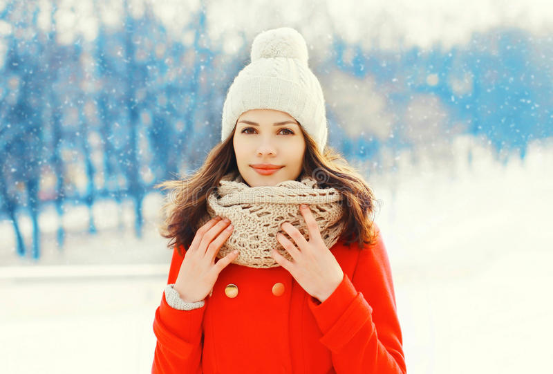 Portret vrij jonge vrouw die jasje en hoed in de winterdag dragen royalty-vrije stock foto's