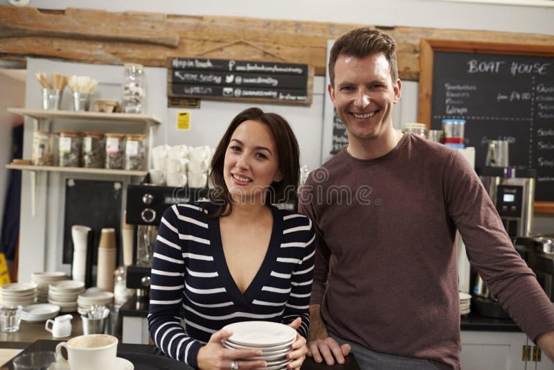 Portret właściciele biznesu pracuje za kontuarem przy kawiarnią obraz stock