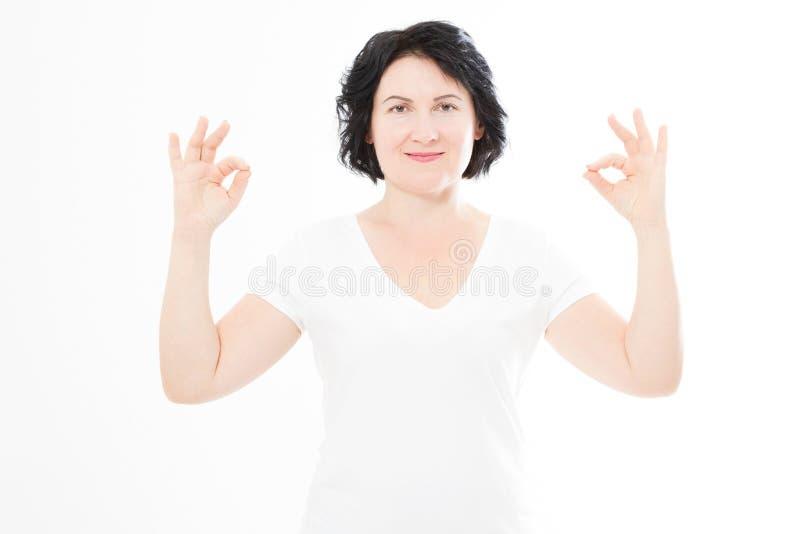 Portret w średnim wieku brunetki kobieta utrzymuje oczy zamyka dotyka podczas gdy medytujący indoors, ćwiczy kawałek umysł, utrzy obrazy stock