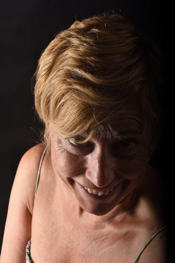 Portret w średnim wieku kobieta na czerni zdjęcie royalty free