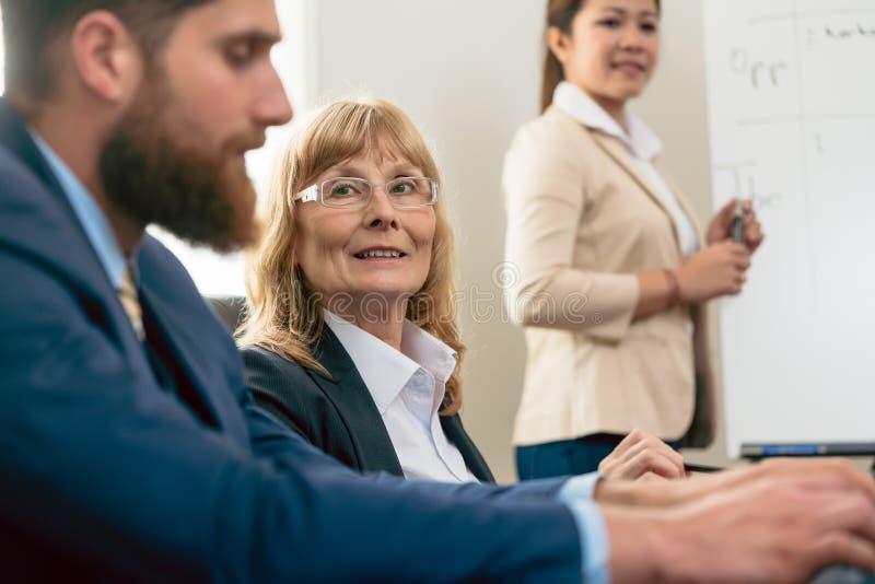 Portret w średnim wieku kobieta podczas biznesowego spotkania zdjęcia stock