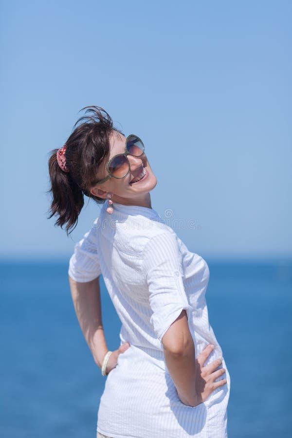 Portret w średnim wieku kobieta przeciw morzu fotografia stock