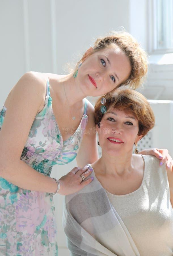 Portret w ?rednim wieku kobieta z jej m?od? c?rk? zdjęcia royalty free