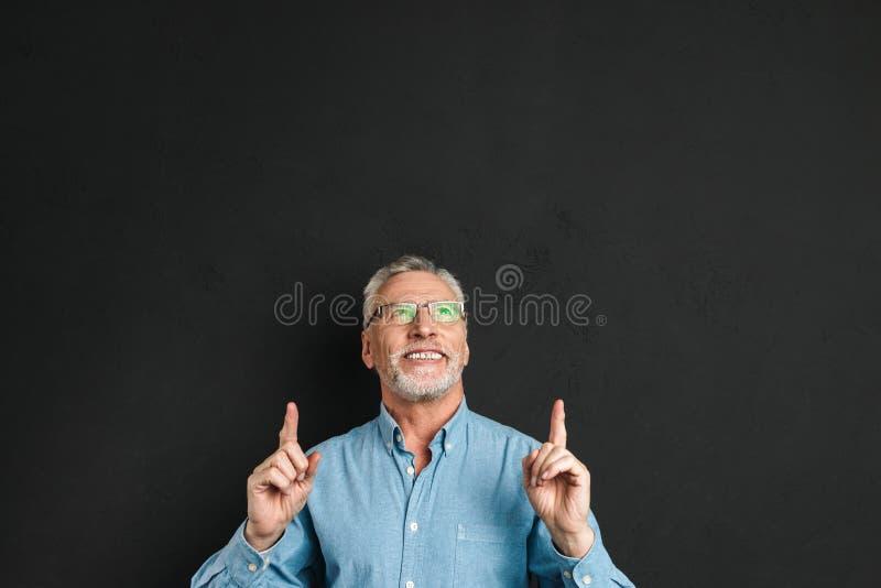 Portret w średnim wieku mężczyzna 50s z popielatym włosy i broda w shir zdjęcie royalty free