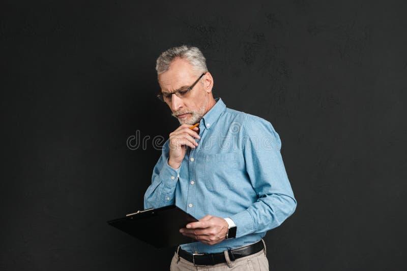 Portret w średnim wieku mężczyzna 60s z popielatym włosy i brody działaniem zdjęcie royalty free