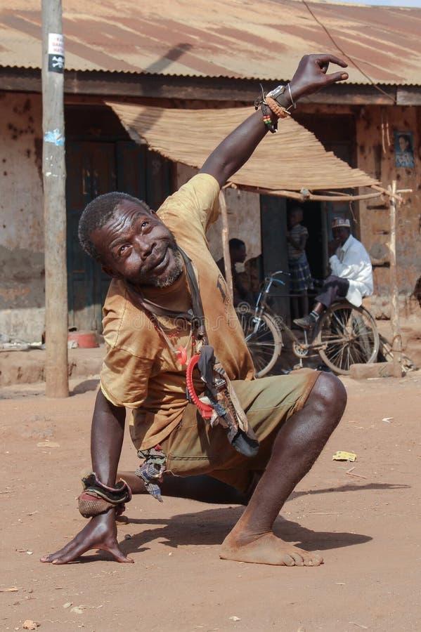 Portret w ?rednim wieku murzyn M??czyzna z zaburzeniami psychicznymi tanczy w ulicie fotografia royalty free