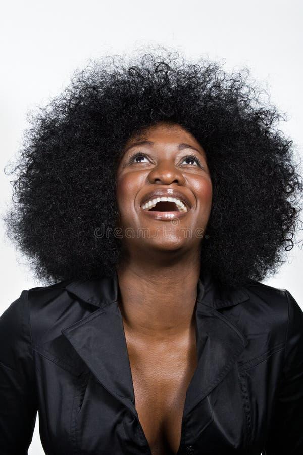 Portret w połowie dorosła amerykanin afrykańskiego pochodzenia kobieta zdjęcie royalty free