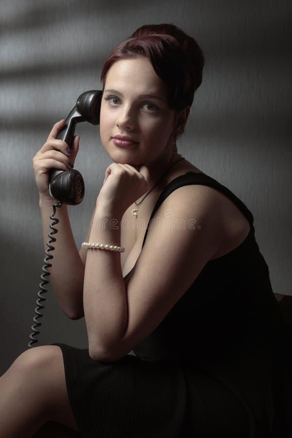 Portret w retro stylu z starym czarnym telefonem obraz stock