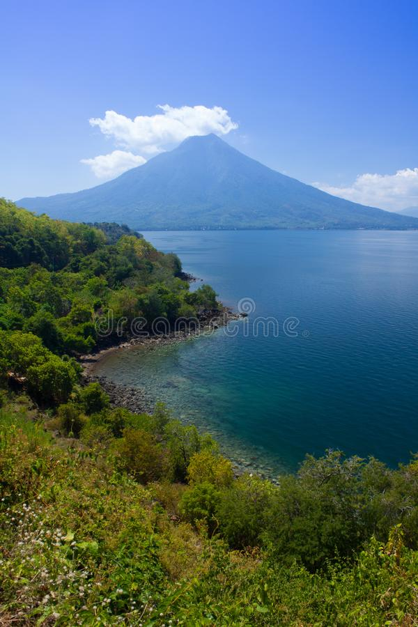 Portret widok górski, seascape i plaża od Larantuka, Wschodni Nusa Tenggara, Indonezja obraz royalty free