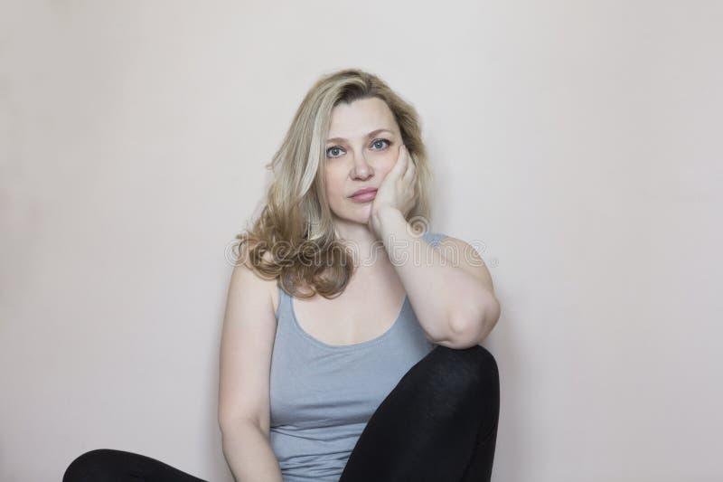 Portret wiek średni kobieta w pokoju obraz stock