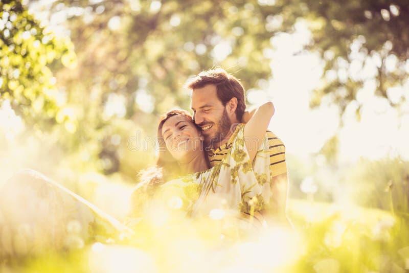 Portret wiek średni para przy naturą Cieszy się w wiosna sezonie zdjęcia stock