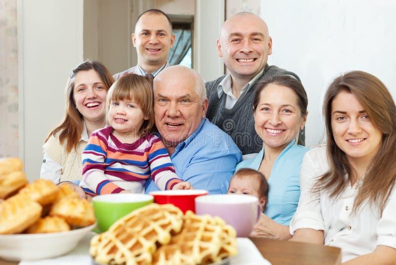 Portret wielki szczęśliwy trzy pokolenia rodzinnego zdjęcie royalty free