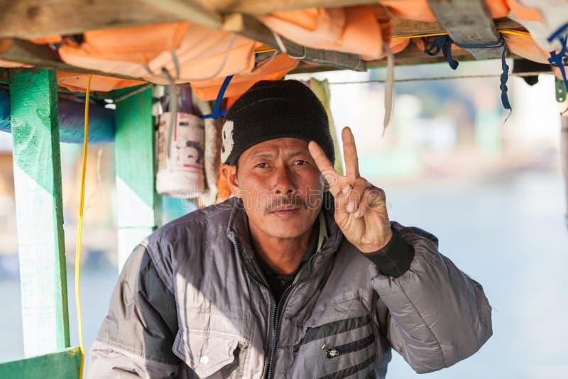 Portret Wietnamscy rybacy w brzęczeniach Tęsk zatoka zdjęcia royalty free