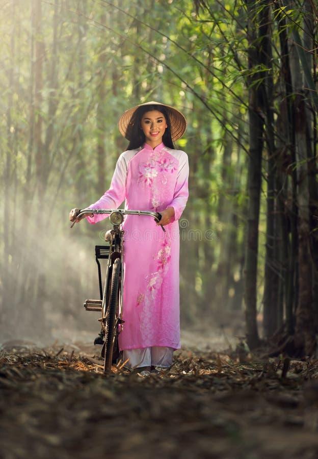 Portret Wietnamskiej dziewczyny tradycyjna suknia, obraz stock
