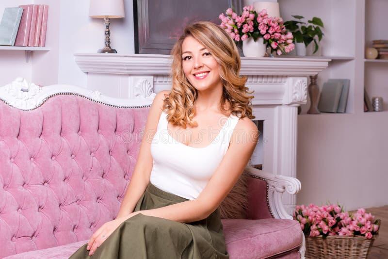 Portret wspaniała blondynki kobieta w domu zdjęcie stock
