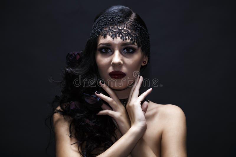 Portret wspaniała brunetka z kapeluszem nad czarnym tłem obraz stock