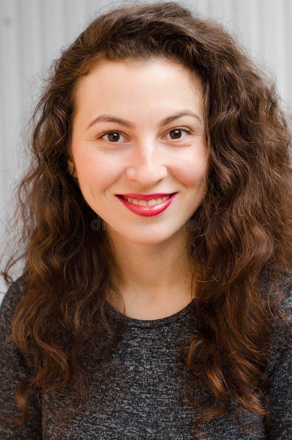 Portret wspaniała brunetki kobieta z falistym włosy i pięknym uśmiechem obraz royalty free